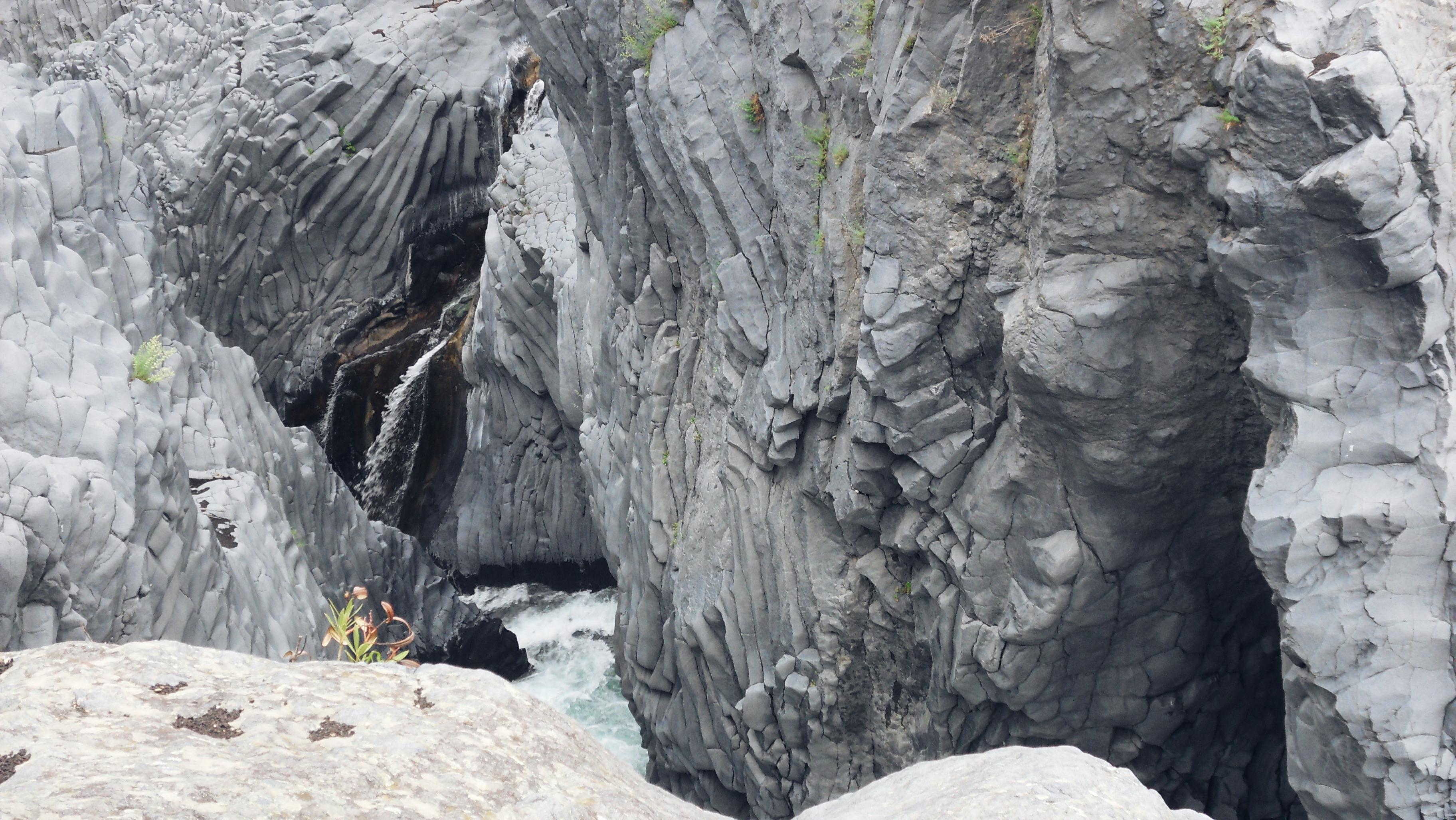 gestold vulkanisch gesteente Alcantara kloof