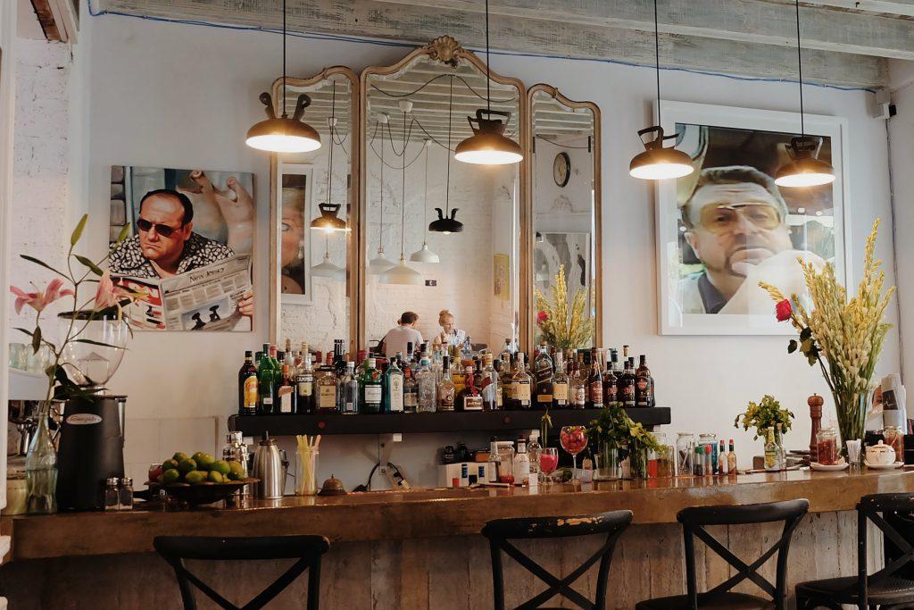 Bar and restaurant El Del Frente Havana hotspot